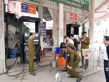 Công an CSĐT tiến hành kiểm tra bắt giữ các đối tượng Trần Thanh Trình tại cây xăng Yên Viên .( Đông Bắc)