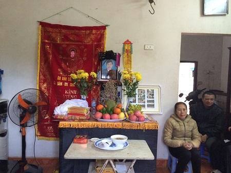 Bà Trần Thị Ngoan ngồi thất thần bên di ảnh của chồng.