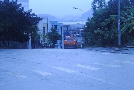 Chiếc máy xúc nhãn hiệu Doosan rời khỏi nhà bà Ngoan.