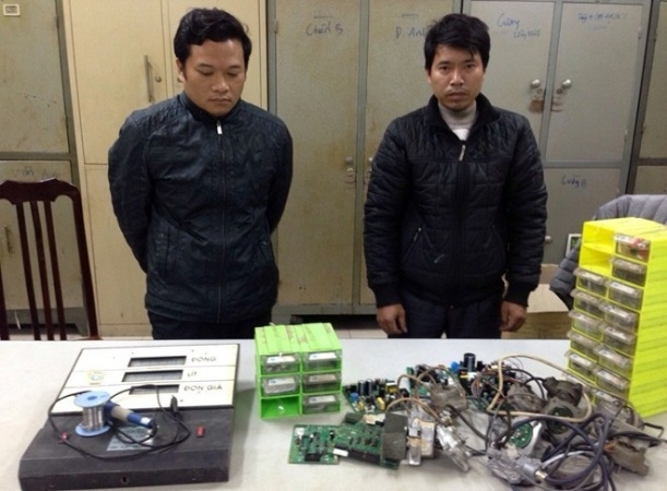 Hai trong số 4 đối tượng có liên quan đến vụ móc túi khách hàng tại 2 cây xăng Yên Viên và Trần Khát Chân. (Ảnh Đông Bắc)
