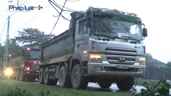 Đội TTGT quận Bắc Từ Liêm xử phạt xe chạy sai giờ. (Ảnh: Đình Quyết).