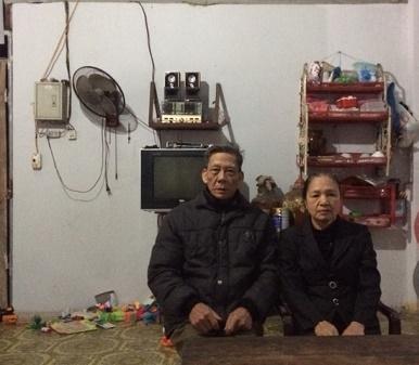 Vợ chồng ông Đức và bà Hà già đi trông thấy sau những lần hầu tòa vì đơn kiện của cô con dâu. (Ảnh: Đông Bắc)