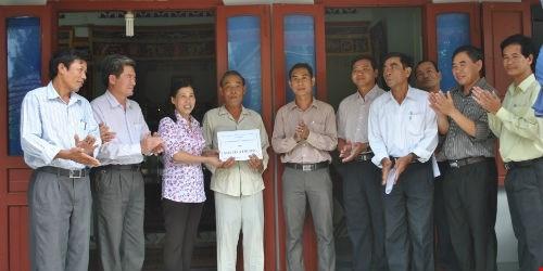 Báo Pháp Luật Việt Nam trao nhà tình thương cho gia đình ông Nguyễn Điệt ở xã An Hải, huyện Lý Sơn, tỉnh Quảng Ngãi.