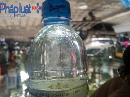 Nước bẩn đục, có chất màu trắng nổi trong chai nước nhãn hiệu Chay.   (Ảnh :Đông Bắc).