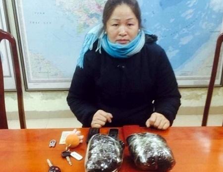 Đối tượng Nguyễn Thị Liễu và tang vật bị thu giữ tại cơ quan điều tra Công an quận Hoàn Kiếm. (Ảnh: Đông Bắc)