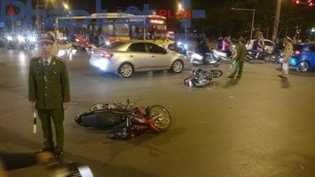 Hàng loạt xe máy nằm la liệt sau khi bị xe ô tô điên đâm trúng.   (Ảnh: Đ.Nam)