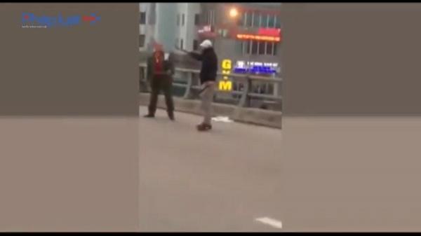 Nam thanh niên hai tay cầm hai con dao chém xối xả, tài xế taxi sau khi va chạm giao thông.(Ảnh: Diễn đànOtofun