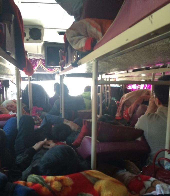 """Chở quá số người, xe khách vẫn """"lọt"""" Trạm CSGT Hòa Bình, Sơn La"""
