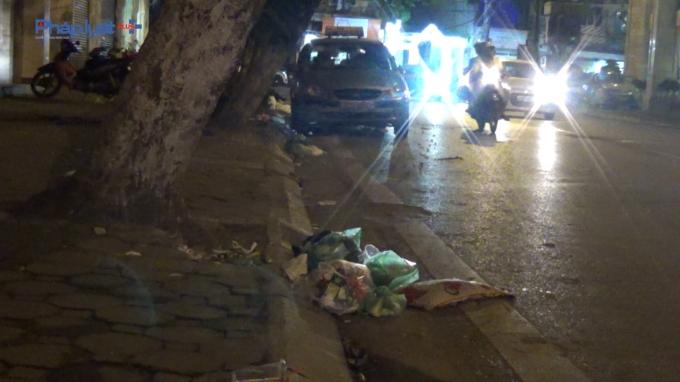 Nhiều tuyến phố trên địa bàn Thủ đô ngập trong rác thải sinh hoạt.