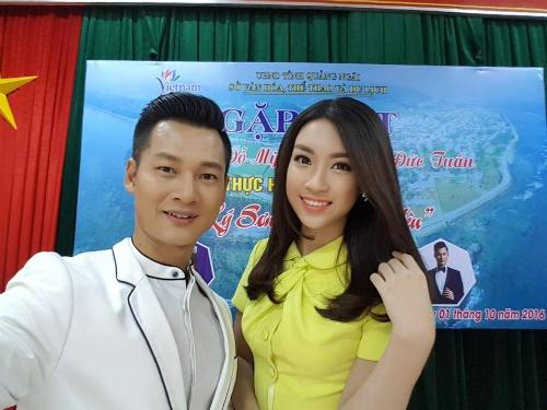 Hoa hậu Mỹ Linh và ca sĩ Đức Tuấn chụp ảnh tại buổi gặp gỡ với lãnh đạo địa phương.