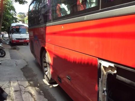 Hiện trường hai xe khách sau vụ hỗn chiến.