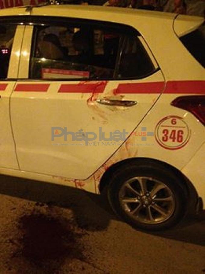 Hiện trường chiếc taxi và nơi anh tài xế bị đâm.