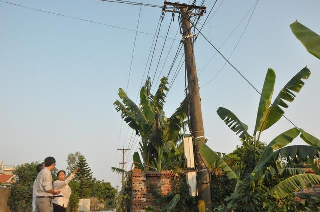 Trong khi leo lên cột điện để sửa chữa, lắp đặt, công nhân điện lực bị điện giật tử vong.  (Ảnh Báo Quảng Ninh)