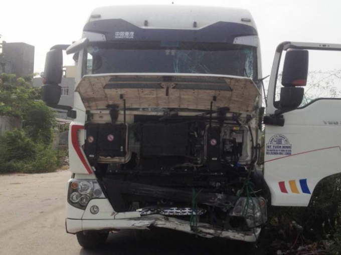 Cú va chạm mạnh khiến cả hai chiếc xe ô tô tải và xe khách bị hư hỏng nặng. (Ảnh: Báo giao thông).