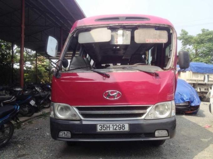 Chiếc xe khách bị biến dạng sau khi va chạm với xe tải khiến hơn 20 người nhập viện.   (Ảnh: Báo giao thông).