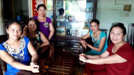 Chị Nguyễn Thị Ánh Đào (bìa trái) và những người thân gia đình trong ngày biết tin trúng số 92 tỷ đồng. Ảnh: Hòa Hội.