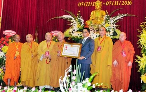 Phó Thủ tướng Chính phủ Vũ Ðức Ðam trao Huân chương Lao động hạng Nhất tặng GHPGVN(Ảnh: Hà Nội mới).