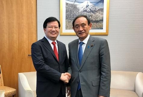 Phó Thủ tướng Trịnh Đình Dũng và Chánh Văn phòng Nội các Nhật Bản Yoshihide Suga. (Ảnh Báo Chính Phủ).