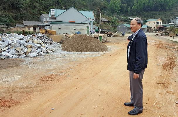 Ông Hoàng Văn Thạch - Giám đốc Sở GTVT Cao Bằng trên đoạn đường tránh QL34 thi công dang dở. Ảnh: LN.