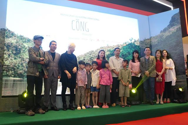 Đạo diễn Lương Đình Dũng (mặc vest) cùng ê-kíp sản xuất phim và dàn diễn viên trong buổi ra mắt phim. Ảnh: NT.