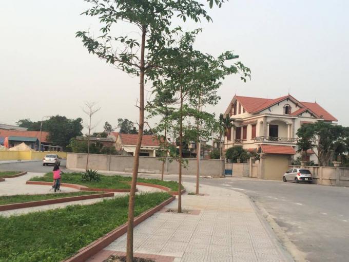 Con đường mới mở chạy thẳng vào dinh thự của vị Chủ tịch thị xã rồi tạo thành đoạn cua lên chùa Hoa Yên.