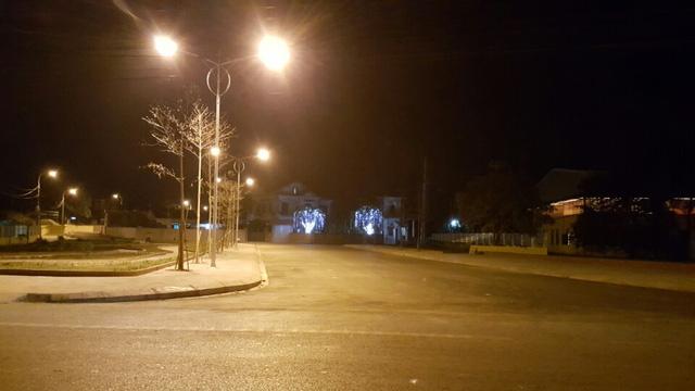 Đoạn đường lớn dẫn thẳng vào nhà ông Chủ tịch Thị xã được bật đèn ban đêm.