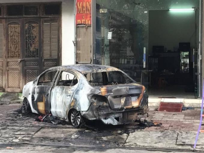 Do ghen tuông, đối tượng đã dùng xăng đốt cháy rụi chiếc xe ô tô của người tình.