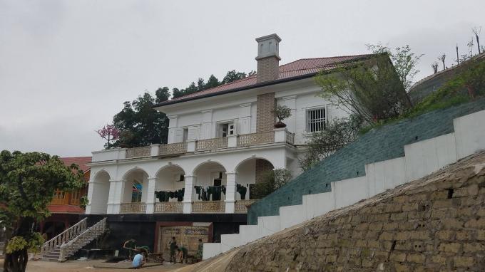 Căn biệt thự được đặt ở thế tựa lưng vào núi, phía trước là khuôn viên hồ rộng lớn.