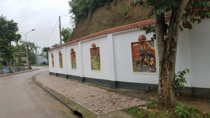 Toàn bộ tường bao xung quanh căn biệt thự này được xây dựng kiên cố được trang trí các họa tiết rất cầu kỳ.