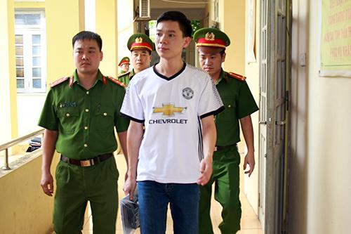 Cơ quan CSĐT dẫn giải đối tượng Hoàng Công Lương..