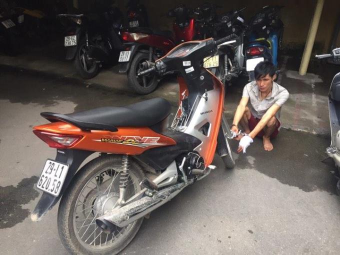 Đối tượng Trần Việt Anh cùng tang vật bị thu giữ.