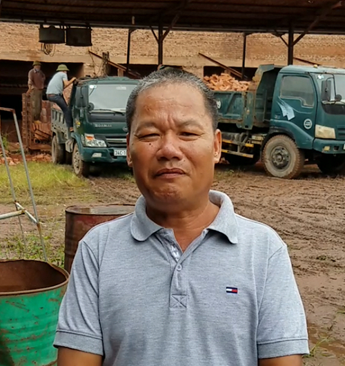 Ông Đặng Văn Kiên với khuôn mặt khắc khổ hoang mang lo lắng trước thông tin lò gạch kiểu đứng liên tục của gia đình ông chuẩn bị cưỡng chế tháo dỡ.