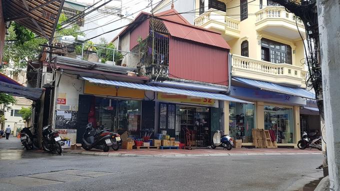 """Nhà H.C 32 này là địa chỉ nổi tiếng và cũng lớn nhất tại """"thiên đường"""" hàng xách tay Nguyễn Sơn."""