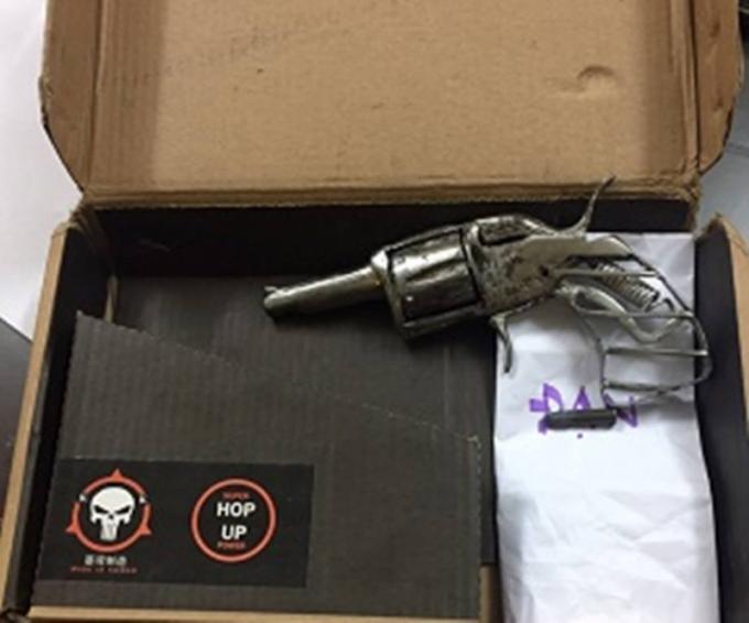 Khẩu súng côn xoay bị lực lượng chức năng thu giữ.