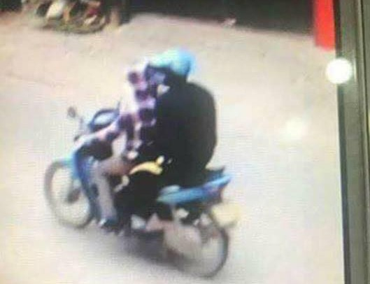 Camera gần hiện trường nơi phát hiện thi thể người phụ nữ xấu số ghi lại hình ảnh hai thanh niên đèo nhau trên chiếc xe Wace anpha màu xanh.