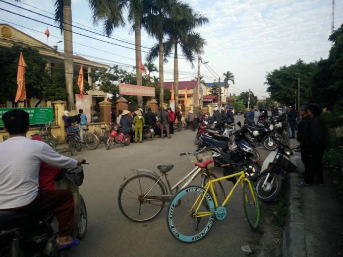 Người dân tập trung rất đông tại UBND xã Vĩnh Phong chứng kiến vụ việc.