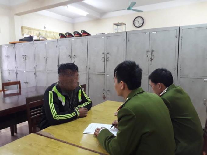 Lực lượng Cảnh sát điều tra tội phạm về ma túy lấy lời khai đối tượng.