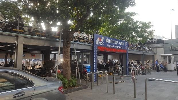 Một phần của nhà trông giữ xe máy 2 tầng trong Trung tâm chiếu phim Quốc Gia.