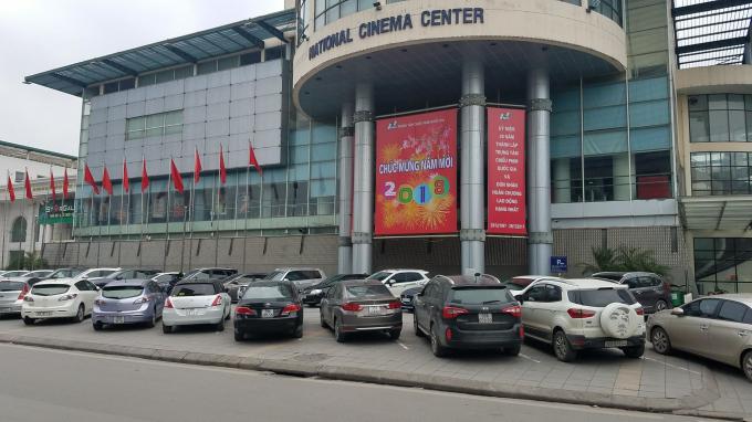 Bãi đỗ xe ô tô tại phía mặt đường Láng Hạ.
