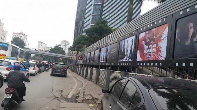 Toàn bộ vỉa hè ở mặt phố Thái Hàngang nhiên bị Trung tâm chiếu phim Quốc gia lấn chiếm để xây dựng bãi xe.