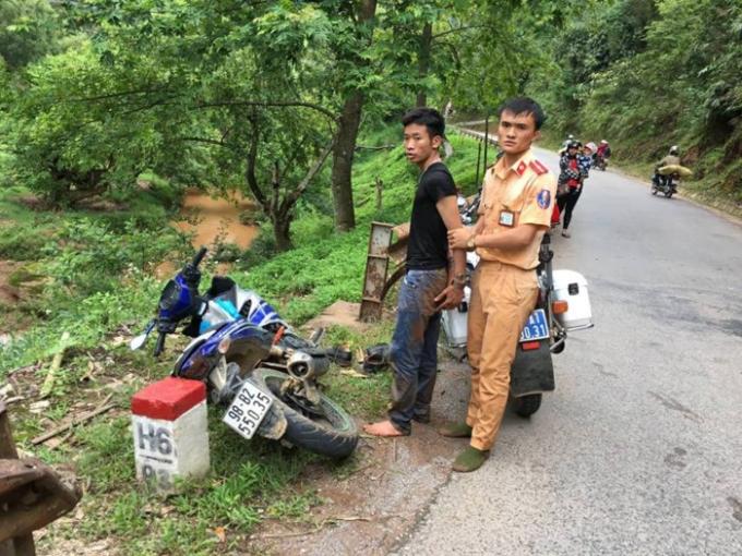 Đối tượngĐinh Văn Thuận cùng tang vật của vụ cướp.
