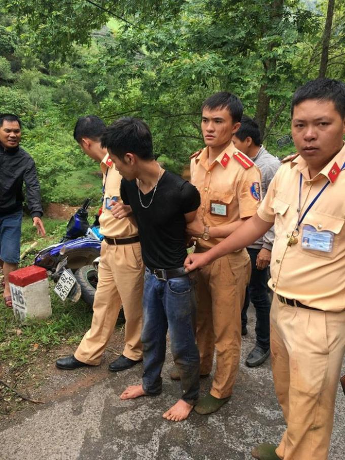 Sau khi băng rừng lội suối, tổ công tác thuộc Đội CSGT huyện Mộc Châu đã tóm gọn đối tượng.