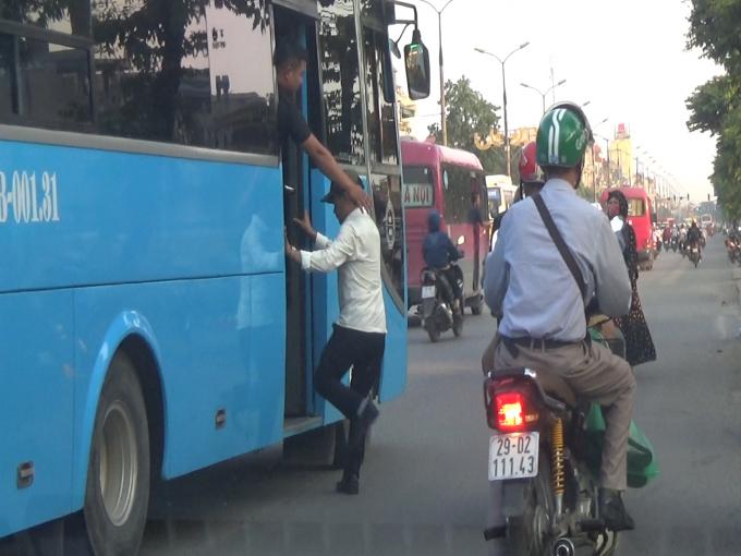 Phụ xe của nhà xe Tôn Thắng ngang nhiên chèo kéo hành khách và bắt khách dọc đường.