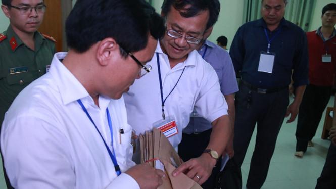 Ông Nguyễn Quang Vinh, Tổ trưởng Tổ chấm trắc nghiệm Hội đồng thi tỉnh Hòa Bình (giữa) báo cáo với Tổ công tác Bộ GD-ĐT kiểm tra công tác chấm thi tại tỉnh Hòa Bình đầu tháng 7/2018