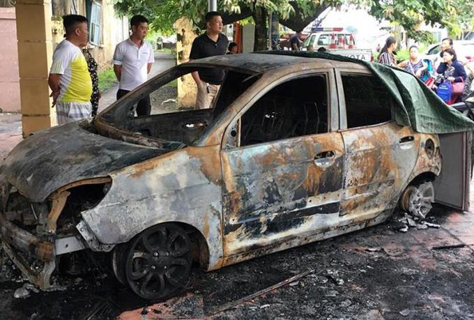 Chiếc xe Kia Morning bị thiêu rụi trước cửa trụ sở TổCSGTở thôn Bến Bính.
