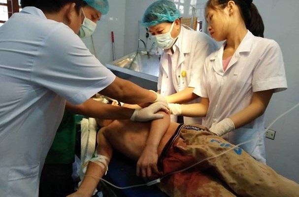 Y, bác sỹ Trung tâm y tế huyện Tân Kỳ phẫu thuật, khâu vết thương cứu bệnh nhân. (Ảnh: Báo Nghệ An)