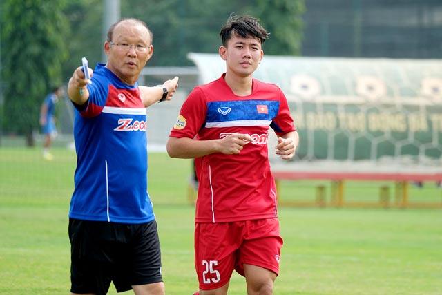 HLV Park Hang-Seo quyết định thay thế trung vệ Thành Chung bằng tiền vệ Minh Vương.