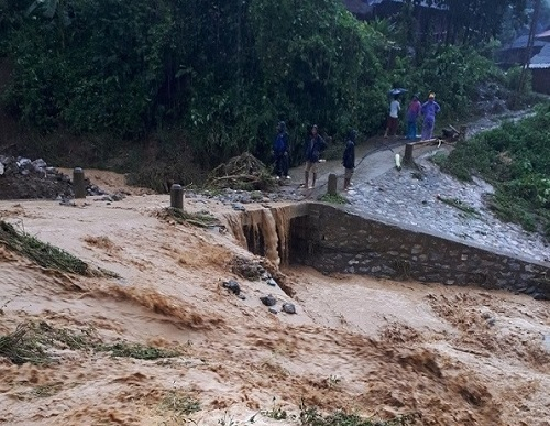Nhiều tuyến đường qua các huyệnTủa Chùa, Tuần Giáo... bị tê liệt hoàn toàn.