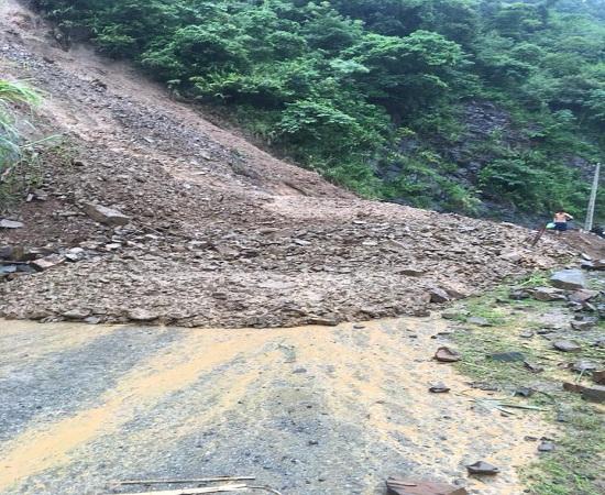 Mưa lũ gây sạt lở đất, đá ở nhiều điểm trên tuyến đường tỉnh lộ 110 nối huyện Mai Sơn với xã Tà Hộc.