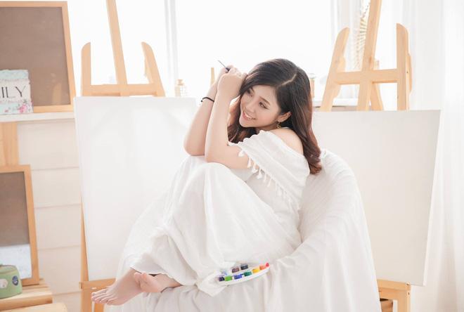 Ngoài đời, Cao Vy sở hữu phong cách thời trang giản dị, kín đáo, rất phù hợp với vẻ đẹp trong sáng và ngọt ngào của cô.(Ảnh: FBNV)